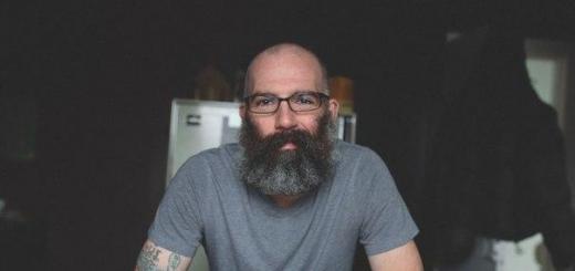 Кит Андерсон — обычный отец из Онтарио. Он выглядит как бывший уголовник — лысый, с густой пышной бородой и покрыт татуировками. Именно с татуировками связано его хобби.