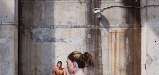 Балансируя на доске для серфинга, художник рисует прекрасное